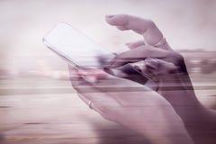 Imagen de la exposición doble de la mujer que usa el teléfono móvil fotografía de archivo