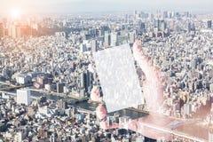 Imagen de la exposición doble del teléfono elegante en la mano con paisaje urbano Fotos de archivo libres de regalías