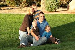 Imagen de la familia en el parque Imágenes de archivo libres de regalías