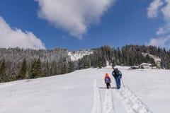 Imagen de la familia en escena de la montaña del invierno Padre e hijo en soporte Foto de archivo libre de regalías