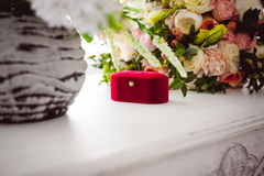 Imagen de la foto de una caja roja del terciopelo con los anillos de bodas de la novia y del novio Fotografía de archivo