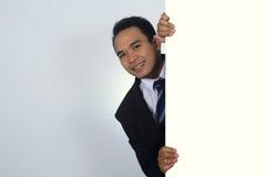 Imagen de la foto del hombre de negocios asiático joven que lleva a cabo una muestra en blanco Imagen de archivo libre de regalías
