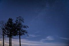 Imagen de la galaxia de la vía láctea del cielo nocturno con las estrellas claras Foto de archivo libre de regalías
