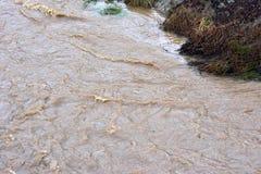 Imagen de la inundación de la corriente del agua con la corriente fuerte, Sarajevo, Europa, 03 02 2018 Fotografía de archivo libre de regalías