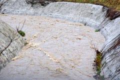 Imagen de la inundación de la corriente del agua con la corriente fuerte, Sarajevo, Europa, 03 02 2018 Fotos de archivo libres de regalías