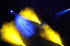 Imagen de la llamarada amarilla azul de la iluminación en una etapa del piso Imagenes de archivo