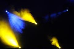 Imagen de la llamarada amarilla azul de la iluminación en una etapa del piso Imágenes de archivo libres de regalías
