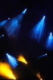Imagen de la llamarada amarilla azul de la iluminación en una etapa del piso Imagen de archivo libre de regalías