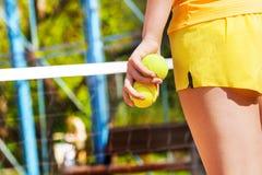 Imagen de la mano del jugador de tenis, sosteniendo dos bolas Imágenes de archivo libres de regalías