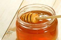 Imagen de la miel en un primer de la tabla Fotografía de archivo libre de regalías
