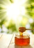 Imagen de la miel en un primer de la tabla Imagenes de archivo