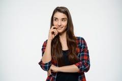Imagen de la muchacha alegre que presenta y vestida en camisa de tela escocesa Fotos de archivo libres de regalías