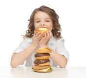 Muchacha con la comida basura Fotos de archivo