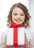 Muchacha con la caja de regalo Foto de archivo