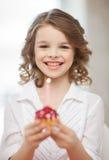 Muchacha con la magdalena Imagen de archivo libre de regalías