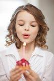 Muchacha con la magdalena Fotografía de archivo libre de regalías