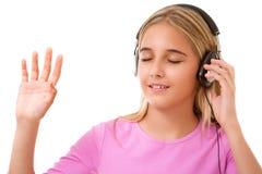 Imagen de la muchacha preciosa adolescente con música que escucha de los auriculares Imagenes de archivo