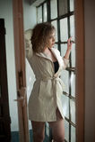 Imagen de la mujer atractiva preciosa Chica joven de moda en capa Capa corta del blanco del modelo que lleva joven delgado Retrat Foto de archivo