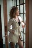 Imagen de la mujer atractiva preciosa Chica joven de moda en capa Capa corta del blanco del modelo que lleva joven delgado Retrat Imagen de archivo libre de regalías