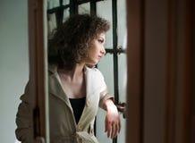 Imagen de la mujer atractiva preciosa Chica joven de moda en capa Capa corta del blanco del modelo que lleva joven delgado Retrat Imagen de archivo