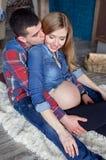 Imagen de la mujer embarazada que toca su vientre con las manos Imagen de archivo