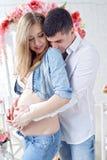 Imagen de la mujer embarazada que toca su vientre con las manos Fotografía de archivo