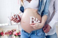 Imagen de la mujer embarazada que toca su vientre con las manos Imágenes de archivo libres de regalías