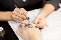 Imagen de la mujer en el procedimiento de la manicura Fotos de archivo libres de regalías