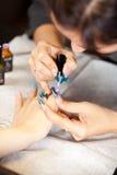 Imagen de la mujer en el procedimiento de la manicura Imagenes de archivo