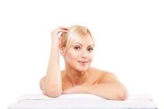 Imagen de la mujer en el salón del balneario que miente en la toalla blanca Imágenes de archivo libres de regalías