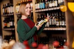 Imagen de la mujer feliz con la botella en sus manos imagen de archivo libre de regalías