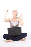 Imagen de la mujer feliz con el ordenador portátil en blanco Imágenes de archivo libres de regalías