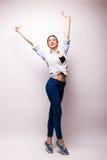 Imagen de la mujer feliz joven con las manos para arriba Imagen de archivo