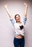 Imagen de la mujer feliz joven con las manos para arriba Imagenes de archivo