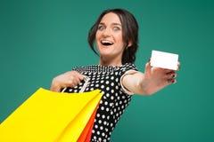 Imagen de la mujer hermosa en la ropa manchada que se coloca con las compras y el corte en manos fotografía de archivo libre de regalías