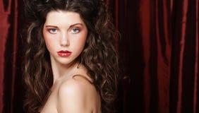 Imagen de la mujer joven hermosa con el pelo rizado fotografía de archivo