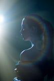 Imagen de la mujer joven hermosa en llamarada ligera Fotografía de archivo