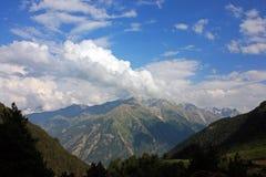 Imagen de la naturaleza con las montañas del Cáucaso Foto de archivo