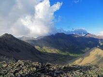 Imagen de la naturaleza con las montañas y las nubes del Cáucaso Fotos de archivo libres de regalías