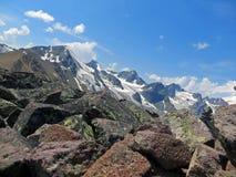 Imagen de la naturaleza con las montañas y las nubes del Cáucaso Imagen de archivo libre de regalías