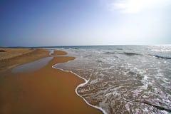 Imagen de la naturaleza salvaje de la playa roja de la arena de Chalikounas en Corfú fotografía de archivo libre de regalías