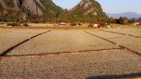 Imagen de la naturaleza de Vang Vieng un paisaje famoso en Vang Vieng, provincia de Vientián, hermosa vista del aire a almacen de metraje de vídeo