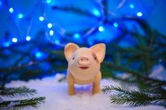 Imagen de la Navidad con un cerdo en la nieve