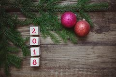 Imagen de la Navidad: El Año Nuevo 2018 se compone de cubos con las ramas del abeto y las bolas del juguete Fotografía de archivo libre de regalías