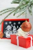 Imagen de la nieve artificial en la caja roja Fotografía de archivo libre de regalías
