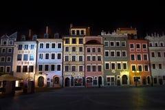 Imagen de la noche de apartamentos en vieja plaza en Varsovia Polonia foto de archivo