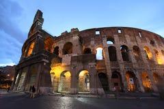 Imagen de la noche de Colosseum en Roma foto de archivo