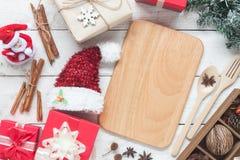 Imagen de la opinión de sobremesa de cocinar los accesorios y las decoraciones de la Navidad Foto de archivo