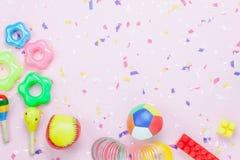 Imagen de la opinión de sobremesa que los niños juegan para el concepto del fondo del desarrollo Imagenes de archivo
