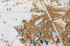 imagen de la pequeña roca del guijarro en la textura de tierra del cemento agrietado Imagen de archivo